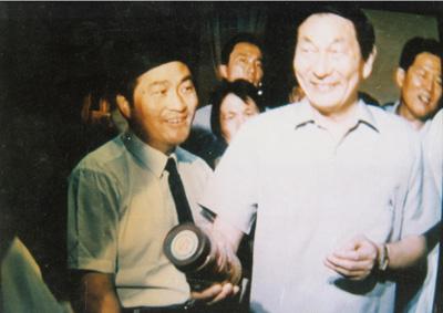 Premier Zhu Rongji inspected the Lanzhou Kelin biotechnology company